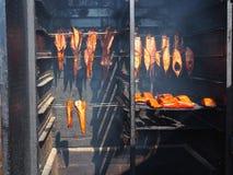 Gerookte vissen in een vissenrookhok door het overzees royalty-vrije stock fotografie