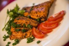 Gerookte vissen op de plaat met verse tomatenplakken Royalty-vrije Stock Foto