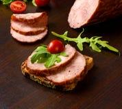 Gerookte worst, ham met rode tomatenkruiden Royalty-vrije Stock Afbeeldingen