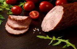 Gerookte worst, ham met rode tomatenkruiden Stock Foto's