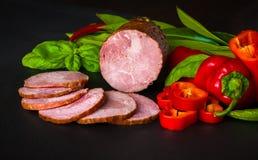 Gerookte worst, ham met rood en groene paprika's Royalty-vrije Stock Foto