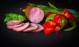 Gerookte worst, ham met rood en groene paprika's Royalty-vrije Stock Afbeeldingen