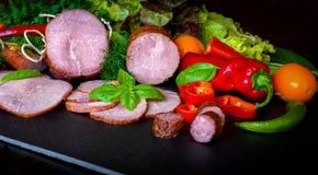 Gerookte worst, ham met rood en groene paprika's Stock Afbeelding