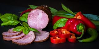Gerookte worst, ham met rood en groene paprika's Stock Foto's
