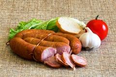 Gerookte worst met rustiek voedsel Stock Foto's