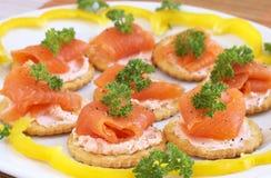 Gerookte zalm en roomkaas op crackers royalty-vrije stock afbeeldingen