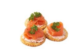 Gerookte zalm en roomkaas op crackers stock fotografie