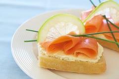 Gerookte zalm en roomkaas op wit brood royalty-vrije stock afbeeldingen