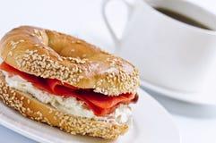 Gerookte zalmongezuurd broodje en koffie Stock Fotografie