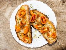 Geroosterd brood met Italiaanse tomaten, oranje die kleur, zeer langdurig, met olijfolie en orego wordt gekruid royalty-vrije stock foto