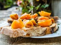Geroosterd brood met Italiaanse tomaten, oranje kleur stock fotografie