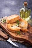 Geroosterd brood met olijfolie en rozemarijn Royalty-vrije Stock Afbeeldingen