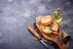 Geroosterd brood met olijfolie en rozemarijn Stock Afbeelding