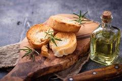 Geroosterd brood met olijfolie en rozemarijn Royalty-vrije Stock Foto's