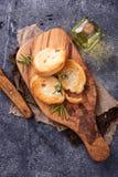 Geroosterd brood met olijfolie en rozemarijn Stock Afbeeldingen
