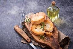 Geroosterd brood met olijfolie en rozemarijn Stock Fotografie