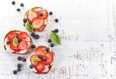 Geroosterd brood met roomkaas en aardbeien stock afbeelding