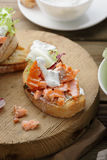 Geroosterd brood met vissen en saus Stock Afbeeldingen