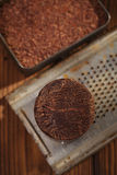 Geroosterd cocoabeans en 100% stevige chocolade Stock Fotografie