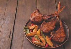 Geroosterd de ribbenlendestuk van het lamskalfsvlees met groenten op een plaat Royalty-vrije Stock Afbeeldingen