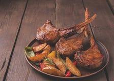 Geroosterd de ribbenlendestuk van het lamskalfsvlees met groenten op een plaat Stock Afbeeldingen