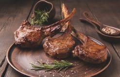 Geroosterd de ribbenlendestuk van het lamskalfsvlees op een steenoppervlakte Royalty-vrije Stock Foto