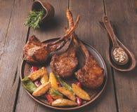 Geroosterd de ribbenlendestuk van het lamskalfsvlees op een steenoppervlakte Royalty-vrije Stock Afbeelding