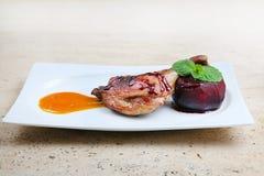 Geroosterd die eendbeen met appel in rode wijn wordt gebakken Stock Foto's