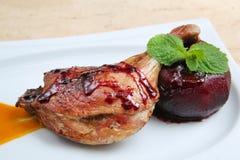 Geroosterd die eendbeen met appel in rode wijn wordt gebakken Stock Foto