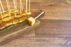 Geroosterd die kaas op houten raad wordt gedobbeld royalty-vrije stock foto's