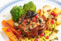 Geroosterd die kippenvlees met varkensvleesvlees en pruimen wordt gevuld Royalty-vrije Stock Afbeelding