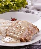 Geroosterd die varkensvlees met mosterdsaus met rijst wordt begeleid Stock Afbeeldingen