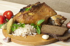 Geroosterd die varkensvleesbeen met zuurkool wordt gediend Royalty-vrije Stock Afbeelding
