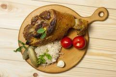 Geroosterd die varkensvleesbeen met zuurkool wordt gediend Stock Afbeelding