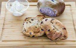 Geroosterd en Geheel Ongezuurd broodje met Roomkaas royalty-vrije stock afbeelding
