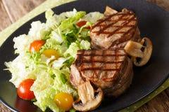 Geroosterd filet mignon lapje vlees met gebraden paddestoelen en verse veget Stock Afbeeldingen