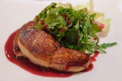 Geroosterd foie graslapje vlees met groene salade stock afbeelding
