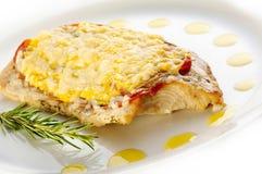 Geroosterd forellapje vlees met kaas en prosciutto stock fotografie