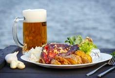Geroosterd gewricht van varkensvlees en potate gediend met bier Royalty-vrije Stock Afbeeldingen