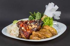 Geroosterd gewricht van varkensvlees, groenten en potate op witte plaat Royalty-vrije Stock Fotografie