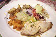 Geroosterd kalfsvleesvlees met aardappels, de artisjokken van Jeruzalem royalty-vrije stock foto
