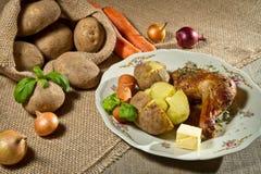 Geroosterd kippenbeen met aardappels en groenten Royalty-vrije Stock Afbeeldingen