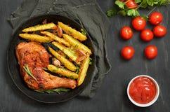 Geroosterd kippenbeen met kruiden en gebraden aardappels royalty-vrije stock fotografie