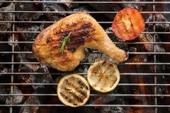Geroosterd kippenbeen over vlammen op een barbecue Royalty-vrije Stock Foto's