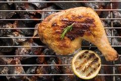 Geroosterd kippenbeen over vlammen op een barbecue Stock Foto