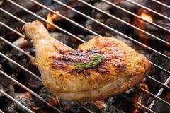 Geroosterd kippenbeen over vlammen op een barbecue Royalty-vrije Stock Afbeelding
