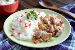 Geroosterd kippenvlees met steelselderie, geroosterde okkernoten en rijst Stock Afbeelding