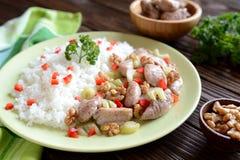 Geroosterd kippenvlees met steelselderie, geroosterde okkernoten en rijst Stock Foto