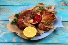 Geroosterd geroosterd konijn met zure roomsaus met citroen een feestelijke maaltijd Gastronomisch voedsel Hoogste mening royalty-vrije stock foto