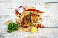 Geroosterd geroosterd konijn met zure roomsaus met citroen, met Spaanse peperpeper een feestelijke maaltijd Gastronomisch voedsel stock fotografie